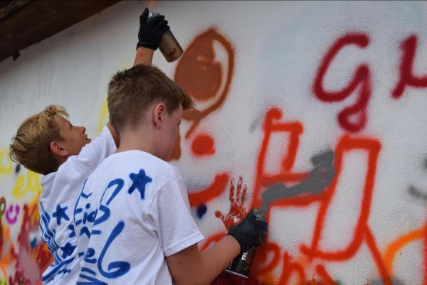 Kinder beim Grafitti Sprayen